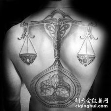 背部黑灰神秘天秤座与树纹身图案