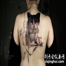 背部超现实主义风格的黑猫纹身图案