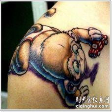 肩部有趣的彩色小猴子婴儿纹身图案