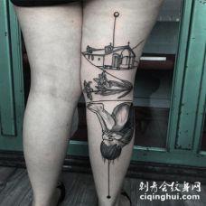 腿部黑色线条的小房子花朵和小宝宝纹身图案