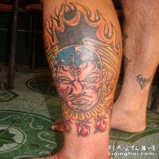 小腿阿兹特克的火焰人像彩色纹身图案