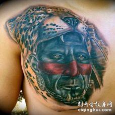胸部彩绘写实的阿兹特克人肖像和豹头纹身图案