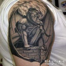 手臂巨大石像鬼黑灰纹身图案