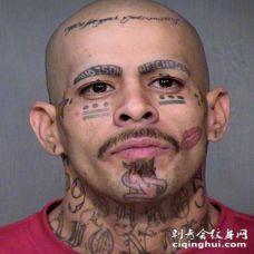 男性的可怕脸部纹身图案