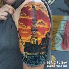 大臂工业风格彩色石油塔和海洋纹身图案