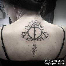 女生背部黑色的几何小字体纹身图案