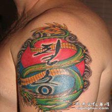 大臂经典青龙与字符彩色纹身图案
