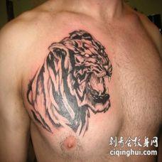 胸部黑色的亚洲风格虎头纹身图案