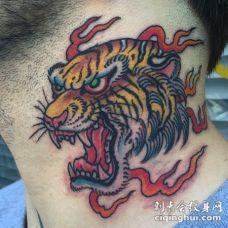 颈部亚洲风格愤怒咆哮的虎头彩色纹身图案