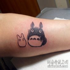 手臂简单的彩色亚洲卡通龙猫纹身图案