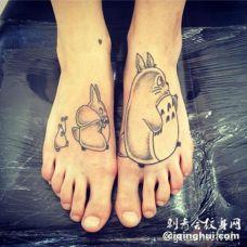 脚背很棒的黑白卡通龙猫纹身图案