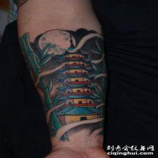 小臂卡通风格的亚洲寺庙和竹子纹身图案