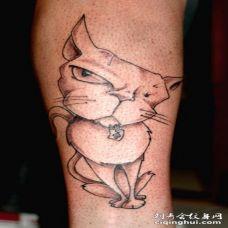手臂上怀疑的黑猫纹身图案