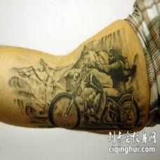 大臂骑士和摩托车纹身图案