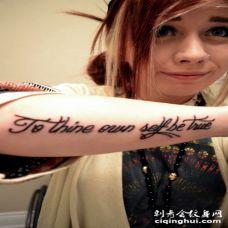 欧美美女手臂上的英文纹身图案