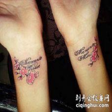 手腕可爱的粉红色花朵和拉丁文字母纹身图案