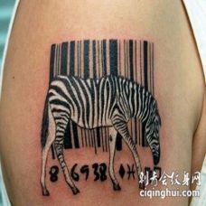 大臂一只斑马与条形码黑白纹身图案