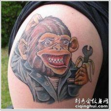 手臂搞笑的卡通猴子和扳手纹身图案