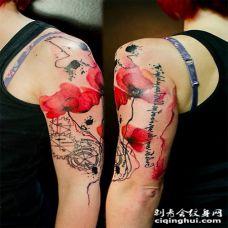 女生大臂黑色字母和红色罂粟花纹身图案