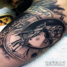 手臂华丽逼真的黑白旧机械时钟纹身图案