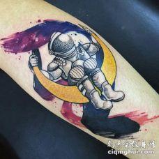 简单的卡通搞笑宇航员和月亮手臂纹身图案