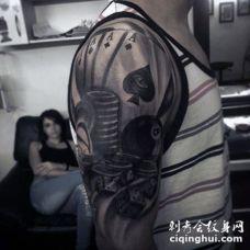 赌博主题黑色扑克牌和骰子手臂纹身图案