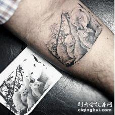 手臂上非常逼真的白色熊家庭纹身图案