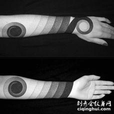 手臂简单的黑白灰渐变臂环纹身图案