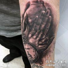 手臂写实风格的黑白时钟与家庭手纹身图案