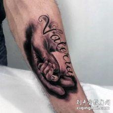 手臂甜蜜的黑色婴儿手与字母纹身图案