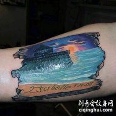 手臂彩色美丽的海洋日落和字母纹身图案