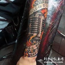 非常逼真的彩色麦克风与字母火焰手臂纹身图案