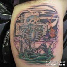 old school彩色喝饮料的骷髅与墓碑纹身图案