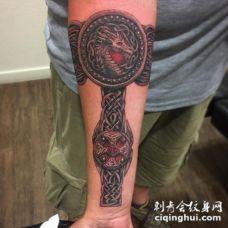 凯尔特风格彩色臂环和龙手臂纹身图案