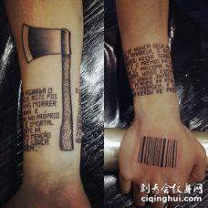 手臂斧头和小字体英文字母黑色纹身图案