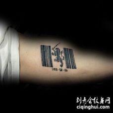 黑色的条形码与小狮子手臂纹身图案
