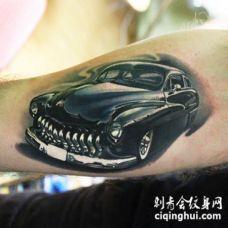 手臂黑色的写实汽车手臂纹身图案