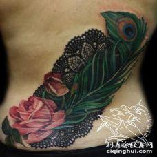 背部写实风格惊的彩色孔雀羽毛和玫瑰纹身图案