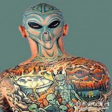 全身彩色的外星人脸纹身图案