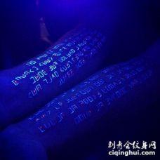 手臂很酷的外星人字符荧光纹身图案