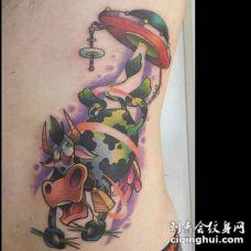 卡通风格彩色外星飞船和牛侧肋纹身图案