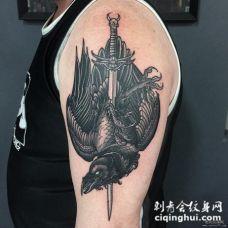 男士大臂乌鸦匕首遮盖纹身图案