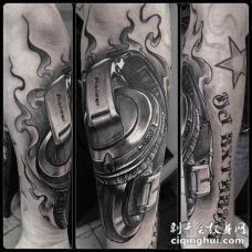 写实风格音乐耳机与字母手臂纹身图案