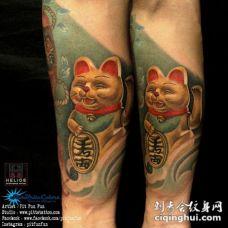 奇妙的逼真日本招财猫手臂纹身图案