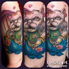 现代风格日本招财猫与莲花色手臂纹身图案