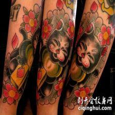 美丽的日本招财猫和花朵五彩手臂纹身图案