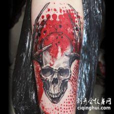 新风格的彩色骷髅与牛角手臂纹身图案