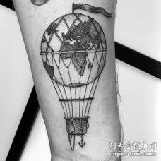 雕刻风格黑色气球与地球手臂纹身图案