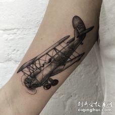 雕刻风格黑色点刺老式飞机手臂纹身图案