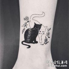 可爱的黑猫与白猫和小花脚踝纹身图案